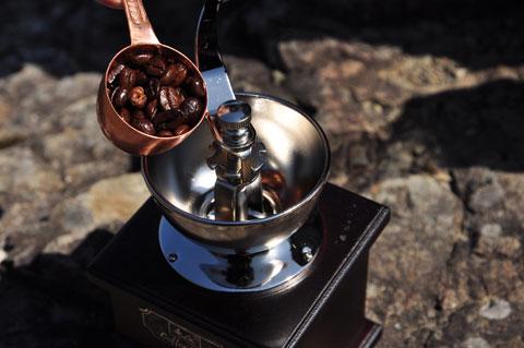 幻のうんこコーヒー『コピ・ルアク』を手挽きミルで挽きます